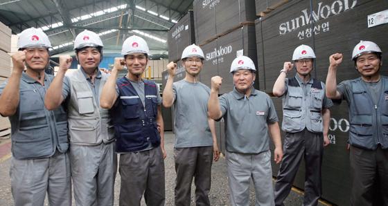 6월 26일 인천시 중구 소재 선창산업 직원들이 힘차게 파이팅을 외치고 있다. 선창산업은 기존 직원의 근로시간을 줄여 일자리를 나누는 방식으로 직원 수를 80여 명 더 늘렸다.(사진=조선DB)