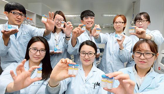 6월 26일 전남 화순의 녹십자 백신 공장에서 연구개발(R&D) 직원들이 주력 수출 상품인 독감 백신을 손에 들고 환하게 웃고 있다.(사진=조선DB)