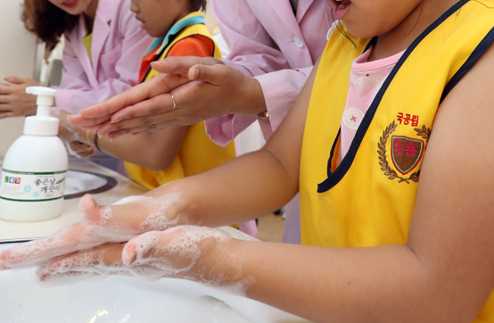 바이러스 수막염으로 인한 환자가 7월에 가장 많고 특히 9살 이하 어린이 환자는 급증했다. 보건당국은 예방백신이 없어 손씻기 등 개인위생을 준수할 것을 당부했다.  <저작권자(c) 연합뉴스, 무단 전재-재배포 금지>