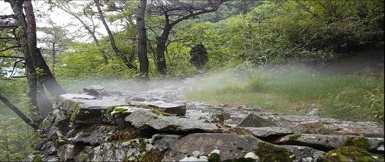 정선군 풍혈(얼음골) 지역에서 냉기가 흘러나오는 모습.