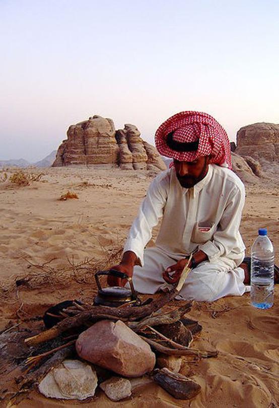 사막의 베두인족이 물을 끓이려 하고 있다. 물이 부족한 사막환경이 그들만의 문화를 낳았다. 강수량의 적고 많음은 문화에 지대한 영향을 미친다.(제공=닉 프레이저)