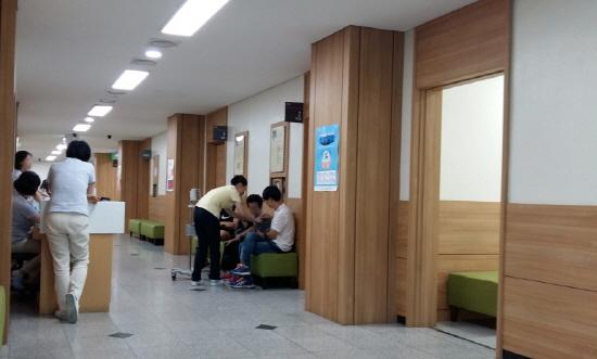 한 병원에서 환자가 진료에 앞서 혈압 등과 같은 기본사항을 체크하고 있다.