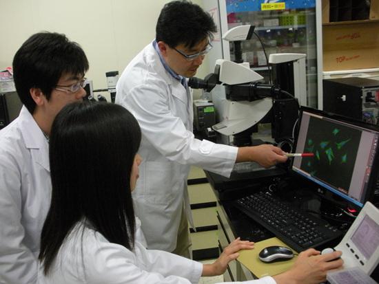 포항공대 분자생명공학 연구실에서 실험 중인 차형준 교수와 연구진.