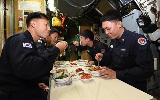 209급 잠수함 이천함 승조원들이 함내식당에서 영양 컨설팅에 맞춘 식단으로 점심을 먹고 있다.