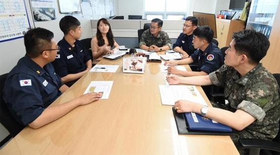 해군잠수함사령부 문점식(가운데) 군수참모를 비롯한 관계관들이 영양 컨설팅 평가회의를 하고 있다.
