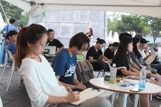 열린포럼을 경청하는 시민들.