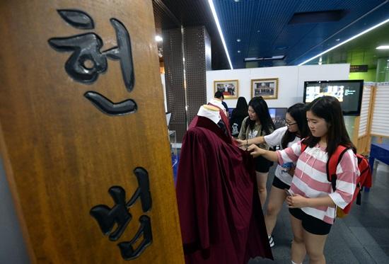 지난해 서울시청 시민청에서 열린 '우리 헌법 바로알기' 역사기록전시회.(출처=뉴스1)