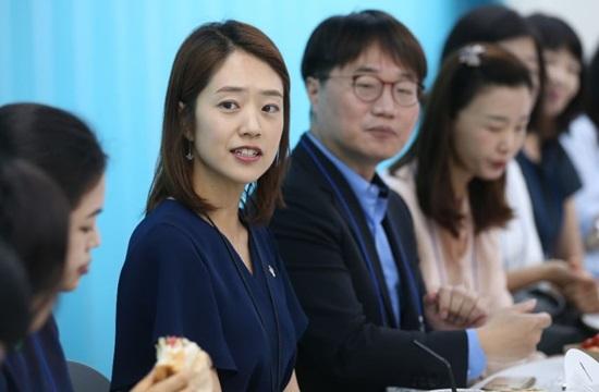 - 고민정 청와대 부대변인(전 KBS 아나운서)는 '블라인드 채용'의 대표적인 사례로 언급된다.