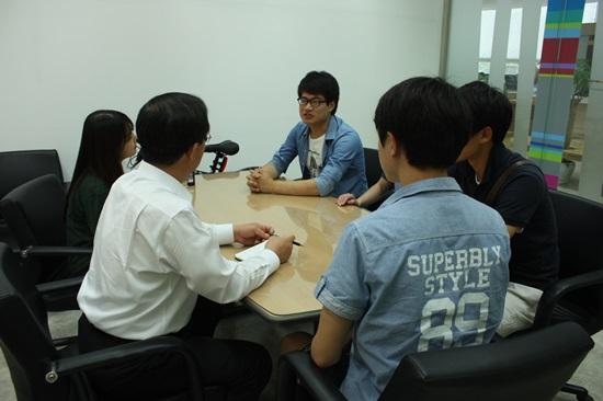 취업에 관한 정보를 나누고 있는 학생 및 취업준비생들.