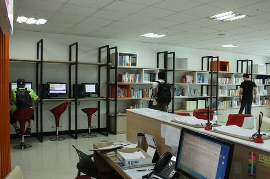 방학임에도 불구하고, 대학교의 '취업' 자료실(카페)에는 관련 자료를 찾는 학생들로 붐빈다.