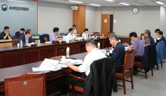 최저임금위원회 활동모습(사진출처: 최저임금위원회 2016활동 보고서)