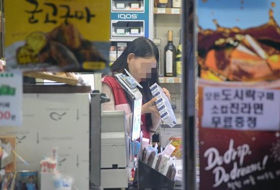 16일 서울 종로구 한 편의점에서 아르바이트 직원이 근무를 하고 있다.(출처=뉴스1)