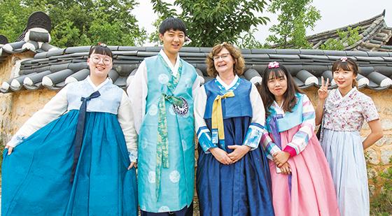 외국인 손님에게 한국 전통문화를 소개하기 위해 경주 교촌마을을 방문한 이혜진 씨와 창원 사파고 학생들.(사진=C영상미디어)