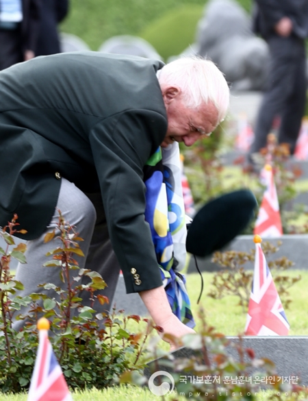 한 참전 용사가 6.25 전쟁으로 희생된 전우들을 향해 경의를 담은 경례를 올리고 있다.