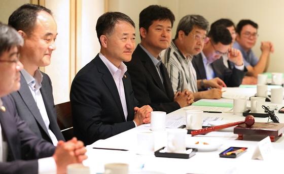 박능후 보건복지부 장관이 31일 오후 서울 중구 달개비에서 열린 중앙생활보장위원회에서 발언을 하고 있다.