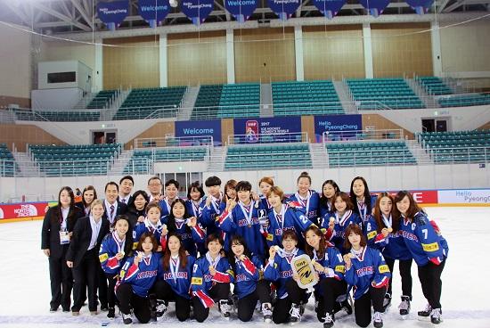 학교팀, 실업팀 하나 없는 열악한 환경에서도 지난 4월 강릉세계선수권대회에서 우승을 이뤄낸 여자아이스하키 국가대표팀. 세계랭킹을 4단계 상승시