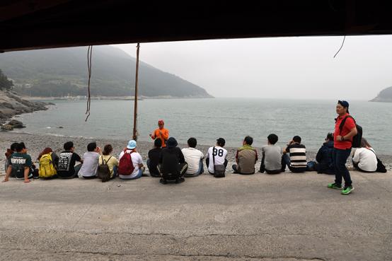 청년들이 귀향한 섬 청년의 이야기에 귀를 기울인다. 질문도 이어지고 답변도 길었지만 진지하다. 섬은 그들의 것이다. 미래의 가치이기에 청년들이 기획하고 만들어야 한다.