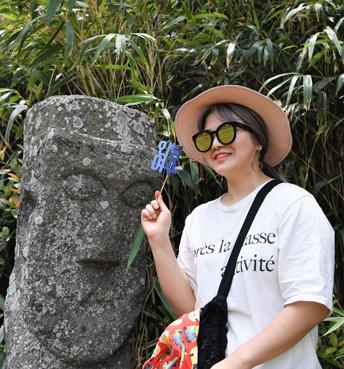 벅수를 닮고 싶은 여수젊은이, 손에 든 '안녕 여수'라는 손팻말도 여행객들에게 선보일 상품 중에 하나다.
