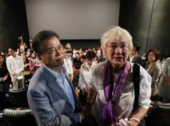 독일 기자 '피터'의 아내와 '택시운전사' 관람 이미지