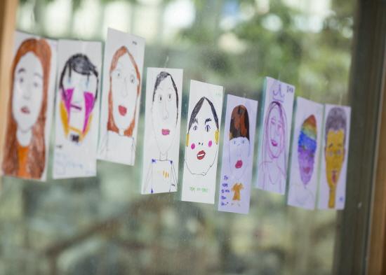 아이들이 그린 독창적인 그림들이 전시됐다
