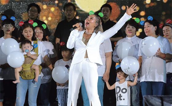 인순이가 7월 22일 강원도 춘천역 일대에서 열린 '2018 평창동계올림픽 G-200 불꽃축제' 무대에 올라 노래를 부르고 있다. ⓒ평창동계올림픽조직위원회