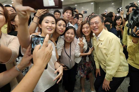문재인 대통령이 23일 오후 서울 도렴동 외교부 청사에서 열린 '2017 외교부·통일부 핵심정책 토의'에 입장하기에 앞서 환영 나온 부처 직원들과 사진촬영을 하고 있다.
