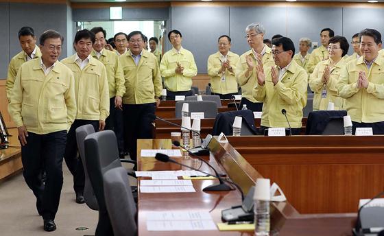 문재인 대통령이 23일 오후 서울 도렴동 외교부 청사에서 열린 '2017 외교부·통일부 핵심정책 토의'에 입장하고 있다.