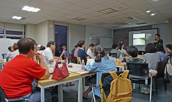 서울역도시재생센터에서  도시에 대한 강의를 듣는 시민들.