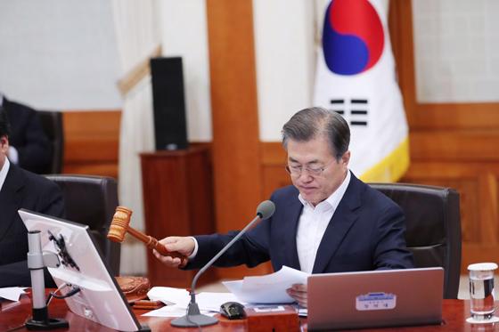 문재인 대통령이 5일 오전 청와대에서 열린 국무회의를 주재하고 있다. (사진=청와대)