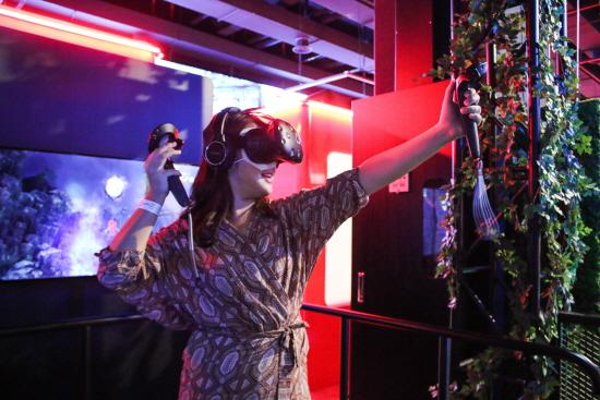 다양한 VR 콘텐츠를 즐겁게 즐기고 있는 시민들의 모습