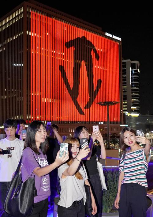 서울스퀘어 외벽에서 평창 동계올림픽 성공 개최를 기원하는 미디어아트가 펼쳐져 시민들이 사진을 찍고 있다.(사진 = 문화체육관광부)