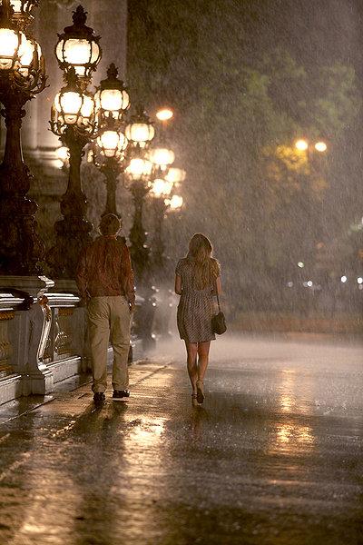 우디 앨런의 영화 '미드나잇 인 파리'의 한 장면.