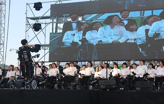 세계최초 100여명의 휠체어 장애인만으로 구성된 대한민국 휠체어 합창단이 노래를 부르고 있다.