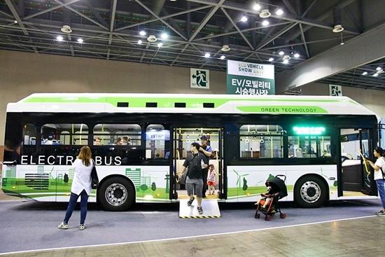 급속 충전식 친환경 전기버스.