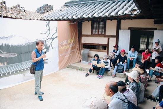 '인문열차, 삶을 달리다' 참가자들이 명성황후 생가에서 신병주 교수의 역사 이야기를 경청하고 있다.