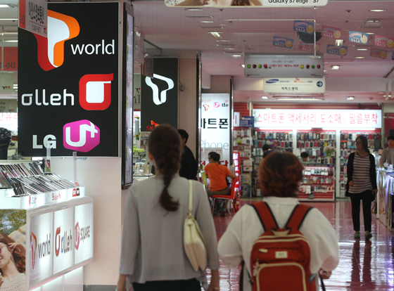 한 전자제품 전문매장의 휴대전화 판매업체. (사진=저작권자(c) 연합뉴스, 무단 전재-재배포 금지)