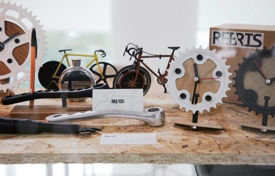 폐 자전거를 이용해 시계, 펜홀더를 제작하는 '리브리스'.