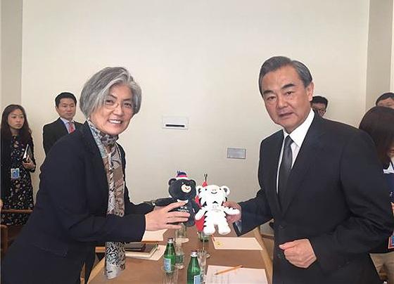 강경화 외교, 중국·폴란드·오스트리아 장관과 회담