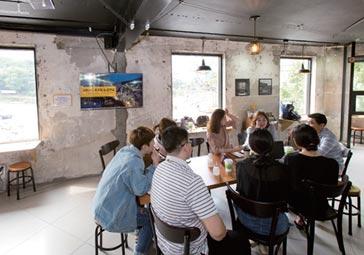 카페, 도서실, 직장인 회의실… 편의점 '무한 변신'