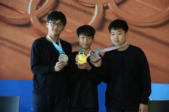 평창 동계올림픽 메달리스트들에게 수여될 메달은 우리 민족의 상징인 한글을 모티브로 세계 각국 선수의 열정과 노력을 담아 제작됐다. 동계스포츠 꿈나무들이 금은동 메달을 들어보이고 있다.