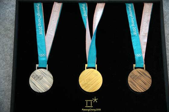 2018 평창 동계올림픽 메달 공개 행사에서 평창동계올림픽 금은동 메달이 공개되고 있다.