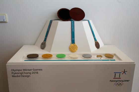 동계올림픽 메달은 대회 상징물, 동계종목 피규어 등과 함께 오는 24일까지 동대문디자인플라자 어울림마당에 전시돼 일반 국민들에게 공개된다.