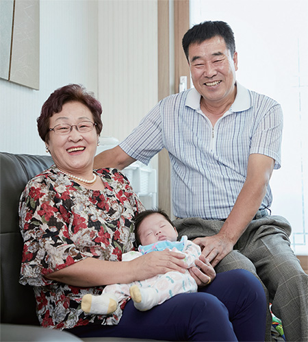 할아버지, 할머니부터 손주들까지 삼대 가족의 얼굴에 웃음이 끊이지 않는다.