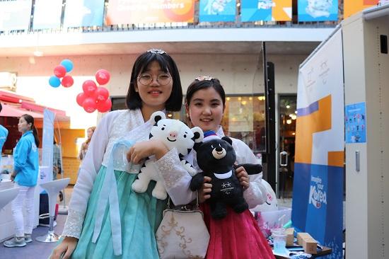 피규어 응원단에 지원한 전소현 양과 윤한별 양(오른쪽)
