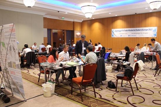 참가 업체들과 해외 바이어들의 수출 상담 현장.