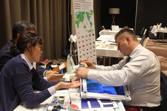 해외 수입업자가 제품에 대해 많은 관심을 보이고 있다.