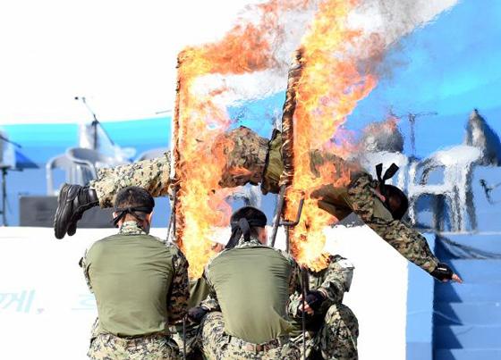 지상군페스티벌 시범공연 중 육군 특전사 장병들이 불꽃 링을 통과하는 낙법 시범을 선보이고 있다. (사진=국방일보)