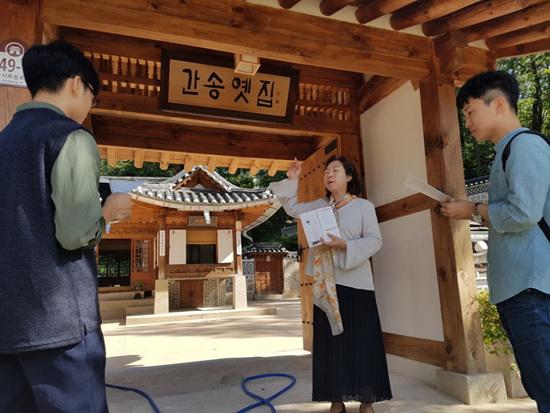 간송 전형필 선생과 간송옛집에 대한 설명을 듣고 있다. 간송옛집은 도봉구청의 지원과 관리를 받고 있다.