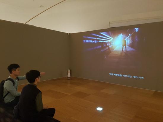 김형규 감독의 작품인 '진심의 대화'을 시청하고 있다. 세종대왕과 우리의 역사와 민족을 생각한 마음을 랩으로 표현했다.