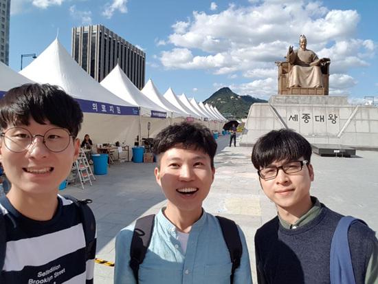 우리 민족의 스승인 세종대왕 앞에서 하루를 되돌아보며 일정을 마무리했다. 한국어 교육을 전공하는 정책기자 (가운데)와 베트남 유학생 이진용 씨(우)와 함께 해서 뜻깊은 동행이었다.